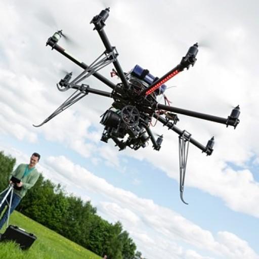 cropped-Drohne-mit-Bediener-500-Pix.jpg